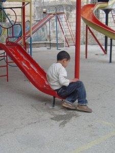 Sitter barnet och spelar gameboy eller är hen ensam?